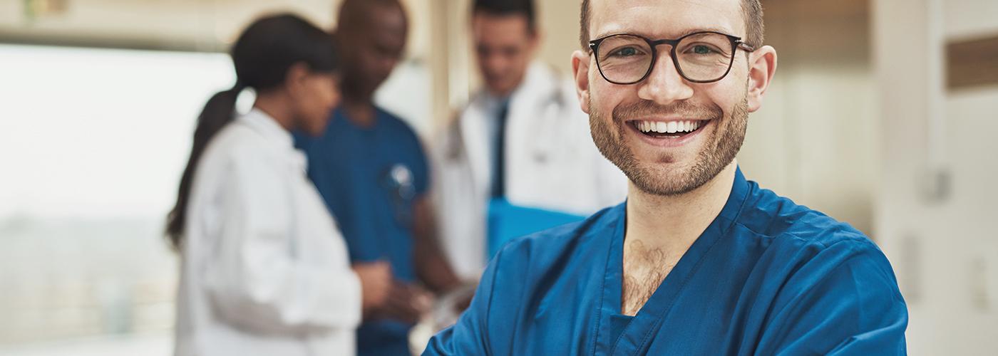 Junger Mann ist glücklich dank Pflege-Personaldienstleister
